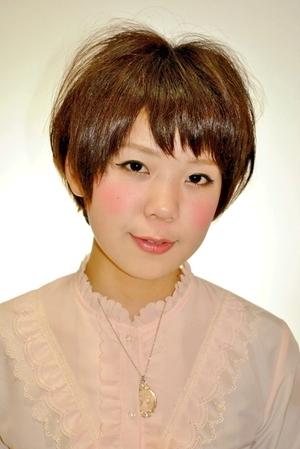 えりあし短めの重めのショートボブスタイル☆前髪にあえて隙間を作る事で軽さを表現しました。カラーは9トーン、ピンクアッシュ♪このカラー、オススメです!!(変換後))