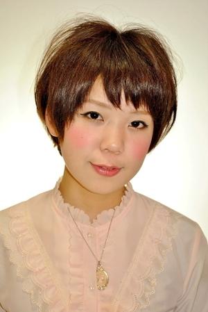 えりあし短めの重めのショートボブスタイル☆前髪にあえて隙間を作る事で軽さを表現しました。カラーは9トーン、ピンクアッシュ♪このカラー、オススメです!!(変換前)