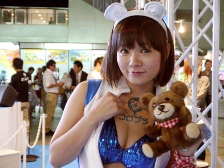 胸元チラ見せ美女コンパニオン。抱いているクマがカワイイ。(変換後))