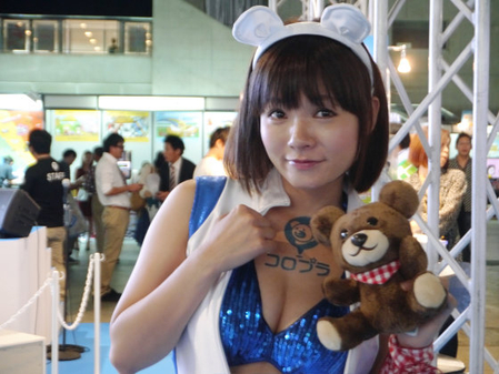 胸元チラ見せ美女コンパニオン。抱いているクマがカワイイ。(変換前)